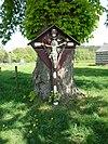 foto van Tegenover het huis, op de weg naar Geleen; een wegkruis met houten corpus