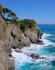 Caratteristico tratto costiero delle Cinque Terre con i monti che giungono a picco sul mare creando una costa unica nel suo genere