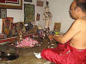 Un moderno adepto al Śrī vidyā realiza un tantrika pūjā (adoración tántrica) en el pequeño templo de su hogar (foto tomada en Kerala [India], en el 2006).