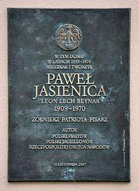 Tablica Paweł Jasienica ul. Dąbrowskiego 75B w Warszawie.JPG