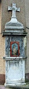 Wegkapelletje in de vorm van een cenotaaf met crucifix en schelpnisje