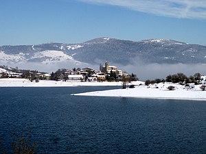 Arratzua-Ubarrundia - Uribarri-Gamboa village (in Arratzua-Ubarrundia municipality), sitting on the bank of Uribarri-Gamboa Reservoir