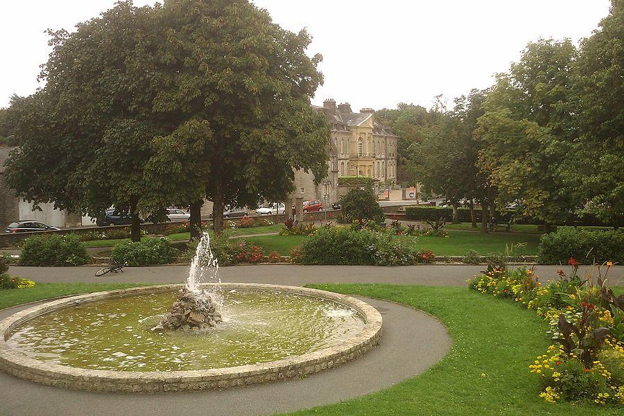 Bassin du Jardin public de fr:Valognes Au fond, fr:Hôtel de Beaumont