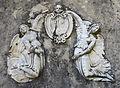 Villa medici di belcanto, discesa lungo il muro di contenimento della prima terrazza, pergolato 07 stemma medici.JPG