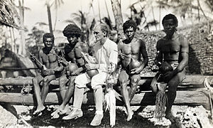 Bronisław Malinowski - Malinowski with natives, Trobriand Islands, 1918