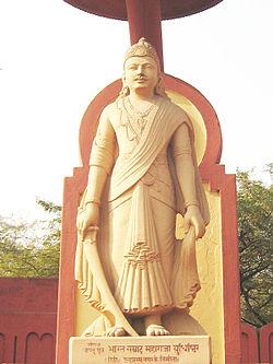 Patung Yudistira di Birla mandir.