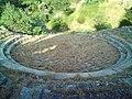 Κυκλικό κτίσμα στον αρχαιολογικό χώρο Σαμοθράκης.jpg