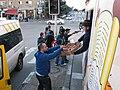Мицво-Танк раздает ханукальные пончики.jpg