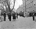100 jaar KIM Den Helder bezoekdag koningin Juliana. De vorstin groet het vaandel, Bestanddeelnr 906-7883.jpg