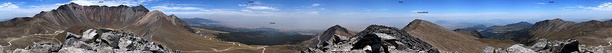 """Panorámica de 360° desde la cima del Pico Humboldt del Nevado de Toluca. Se aprecian el Pico del Fraile a la izquierda y el Pico del Águila a la derecha de la leyenda """"West""""."""