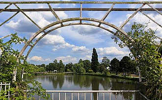 Framing (visual arts) - A framing view of the Uetersen Rosarium.