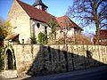 Affalterbach-Ansicht von Südwesten mit Kirche (in Langhausgiebelwand Schlüsselloch-Scharte) über Kirchhofmauer-210310.jpg