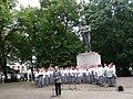 Ajaloolane Eero Medijainen esinemas Eesti taasiseseisvumispäeva puhul Tartu vabadussamba ees, tema taga naiskoor Emajõe Laulikud, 20. august 2012.jpg