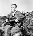 Alf Prøysen spiller gitar i steinrøysa.jpg