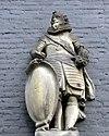 foto van Pand met vierraamsgevel onder triglyfenlijst met consoles en met gevelsteen