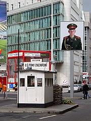 Checkpoint Charlie visto hacia el Este, año 2004