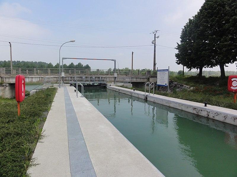 Berry-au-Bac (Aisne) écluse 1 Canal de l'Aisne à la Marne (vers confluence avec Canal latéral à l'Aisne)