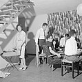 Bezoekers tijdens een feestje in huiselijke kring terwijl de gastvrouw bij de pl, Bestanddeelnr 255-4343.jpg