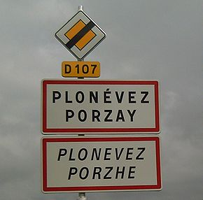 Bilingual road sign Plonévez-Porzay.jpg