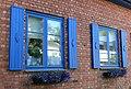 Blå vinduslemmer på gammelt murhus.jpg