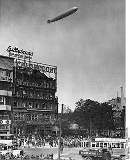 Potsdamer Platz Bundesarchiv, Bild 146-1994-004-10A / Marmulla, L. / CC-BY-SA 3.0 [CC BY-SA 3.0 de (https://creativecommons.org/licenses/by-sa/3.0/de/deed.en)], via Wikimedia Commons