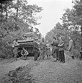 Burgers in gesprek met militairen in het bos bij Aalst, vermoedelijk militairen , Bestanddeelnr 255-9185.jpg