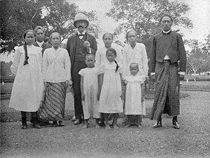 Karanganyar Regency - The regent of Karanganyar with his family and Dr Melchior Treub (3 August 1904)
