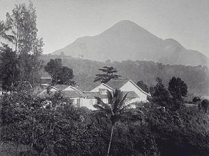 Mount Penanggungan - Image: COLLECTIE TROPENMUSEUM Gezicht op Hotel Prigen en de Gunung Penanggungan T Mnr 60000002