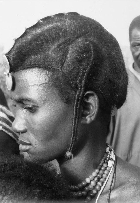 COLLECTIE TROPENMUSEUM Portret van een Fulani vrouw met typische haardracht en muntsieraden te Lalgaye TMnr 20010035