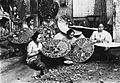 COLLECTIE TROPENMUSEUM Vrouwen beschilderen parasols Nederlands-Indië TMnr 60026953.jpg