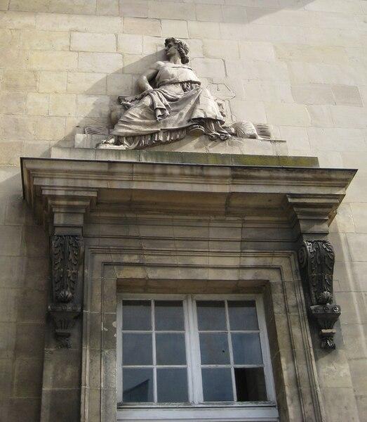 Bas-relief de Falconnier sur la façade principale du palais de justice de Caen (Calvados) — Allégorie de la Loi