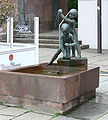 Chemnitz Straße der Nationen Brunnen Spielende Kinder 1.jpg