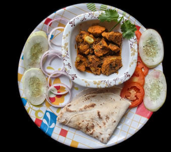 Chicken Sukka with Rice Bhakri.png