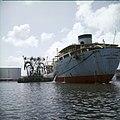 Collectie Nationaal Museum van Wereldculturen TM-20029885 Vrachtschip bij een tankerinstallatie van het laadcomplex Curacao Boy Lawson (Fotograaf).jpg