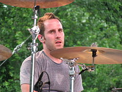 Chuck Comeau in concerto con i Simple Plan nel 2008