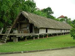 Langhuis in het Vietnamees etnologisch museum in Hanoi: https://nl.wikipedia.org/wiki/Langhuis