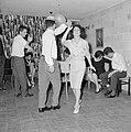 Dansende gastvrouw met een van de gasten tijdens een feestje in huiselijke kring, Bestanddeelnr 255-4330.jpg