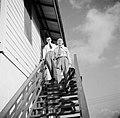 De heren Frielink en Kamsteeg bij de Pasanggrahan, het logeergebouw van het gouv, Bestanddeelnr 252-7606.jpg