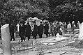 De kist en familie met de doodskist langs de graven op weg naar het graf van, Bestanddeelnr 928-0671.jpg