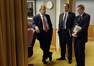 Stephen Hadley - Hadley conferring with President Bush in 2007