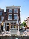 foto van Diep huis met voorgevel met natuurstenen hoekblokken en muurankers