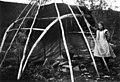 Demonstrasjon av oppsetting av telt, reisverket er satt opp og den en teltduken er lagt på - Norsk folkemuseum - NF.05507-025.jpg
