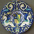 Deruta, bottega di giacomo mancini, piatto con stemma e grottesche, 1550 ca.JPG
