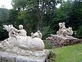 Donndorf - Schlosspark Fantaisie - Kaskadenanlage 04 - Putti auf Fabelrössern (10.06.2009).jpg