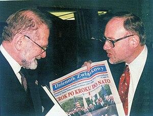"""Dziennik Związkowy (Polish Daily News) - Les Kuczynski †, Executive Director of the Polish American Congress presents a copy of """"Dziennik Zwiazkowy"""" to Bronislaw Geremek †, Prime Minister of Poland (1999)"""