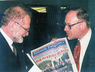 "Dziennik Związkowy (Polish Daily News) - Les Kuczynski †, Executive Director of the Polish American Congress presents a copy of ""Dziennik Zwiazkowy"" to Bronislaw Geremek †, Prime Minister of Poland (1999)"