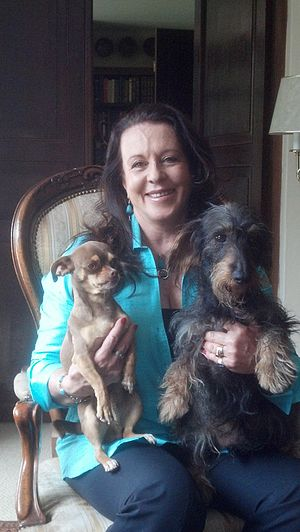 Edna Iturralde - Image: Edna Iturralde con sus perros