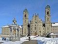 Einsiedeln im Winter, Kloster mit Marienbrunnen, Ansicht vom Hauptplatz 2013-01-26 15-04-25 (P7700) ShiftN.jpg