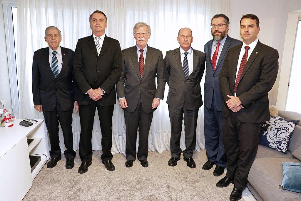Encontro do Assessor de Segurança Nacional dos EUA John Bolton com Presidente Eleito do Brasil Jair Bolsonaro, foto em grupo.jpg