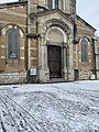 Entrée de l'église Saint-Romain de Miribel en février 2021.jpg